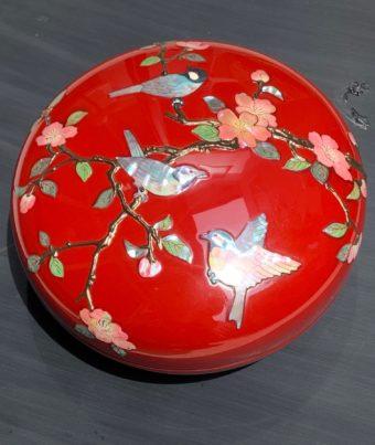 特注 螺鈿 山茶花に四十雀菓子器 (錆絵付)